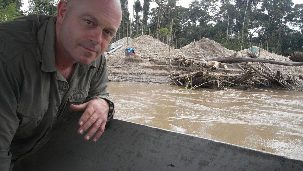 In der Amazonas-Region werden Unmengen an Bäumen abgeholzt. Ross Kemp weiß: ... - Bildquelle: Tiger Aspect Productions 2010