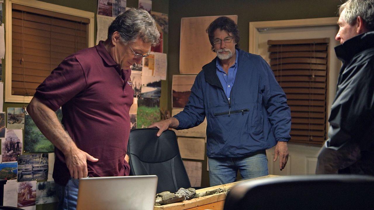 Im letzten Sommer fanden die Brüder Rick (r.) und Marty lagina (l.) eine spa... - Bildquelle: 2014 A&E Television Networks, LLC. All Rights Reserved/ PROMETHEUS ENTERTAINMENT
