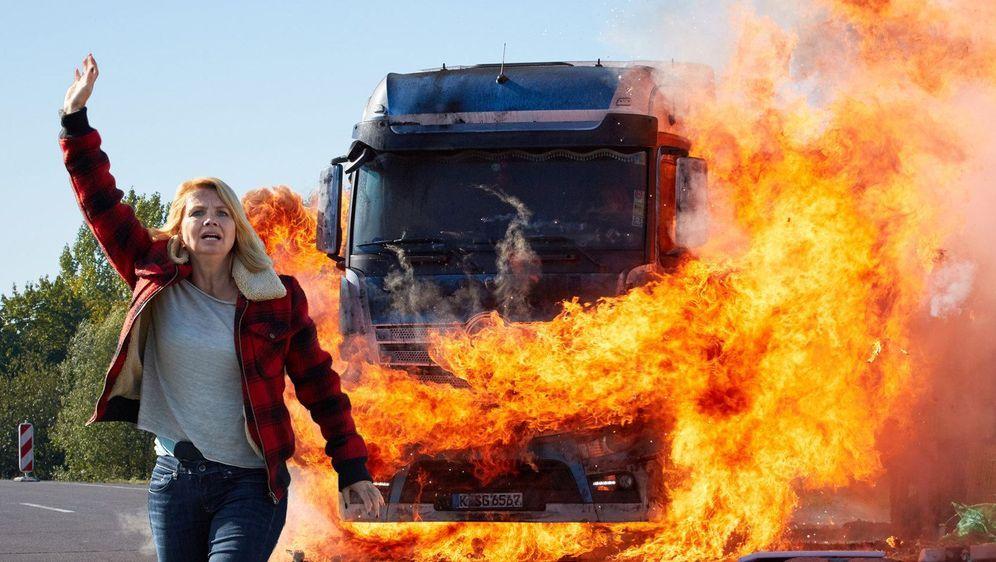 Die Truckerin - Eine Frau geht durchs Feuer - Bildquelle: Foo