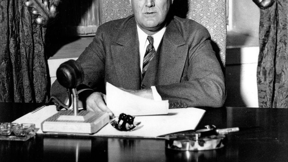 U.S. Präsident Franklin D. Roosevelt bei einer Radio-Ansprache im Weißen Hau... - Bildquelle: picture alliance / ASSOCIATED PRESS
