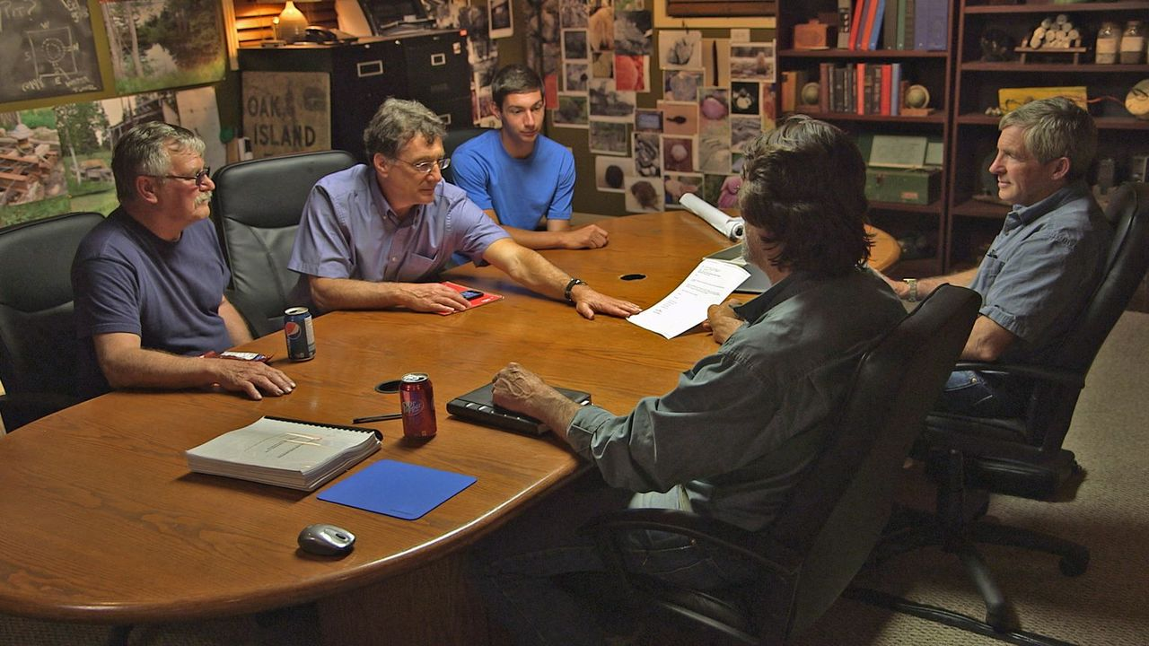 Marty (2.v.l.) Lagina, Rick Lagina (2.v.r.) und ihre Partner wollen per Bohr... - Bildquelle: 2014 A&E Television Networks, LLC. All Rights Reserved/ PROMETHEUS ENTERTAINMENT