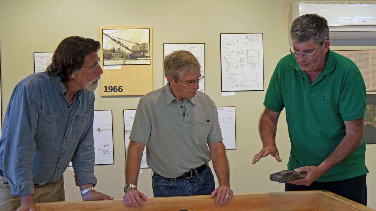 Bei den Ausgrabungen finden Rick (l.) und sein Team einen Stein,in den ein S... - Bildquelle: 2016 A&E Television Networks, LLC. All Rights Reserved